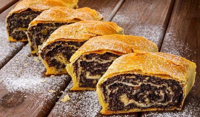 Мягкий, сладкий, ароматный штрудель. Пышное домашнее тесто, много начинки – такого вы точно не найдете ни в одной кондитерской.