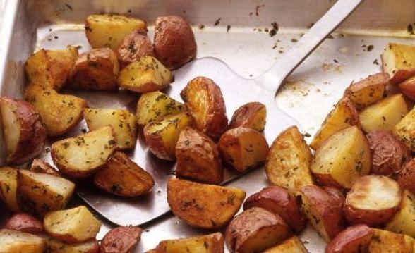 Вкусная молодая картошка со специями в духовке