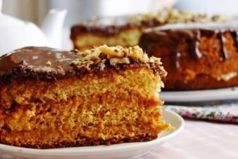 Очень вкусный нежный медовый бисквит, в меру пахнет медом, тает во рту! Отлично поднимается, не опадает, нет шапки, и максимально прост в приготовлении!