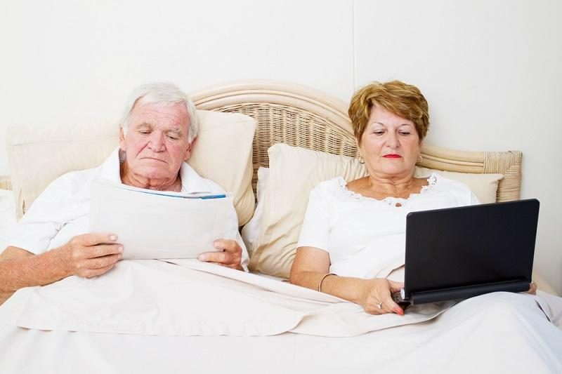 senior-couple-reading-in-bed