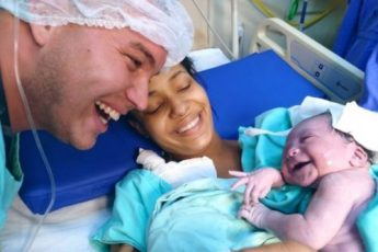 Новорожденная крошка узнала голос своего папы и стала ему улыбаться 1